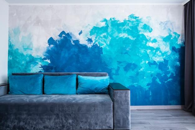 Modernes wohnzimmer mit gemalter wand