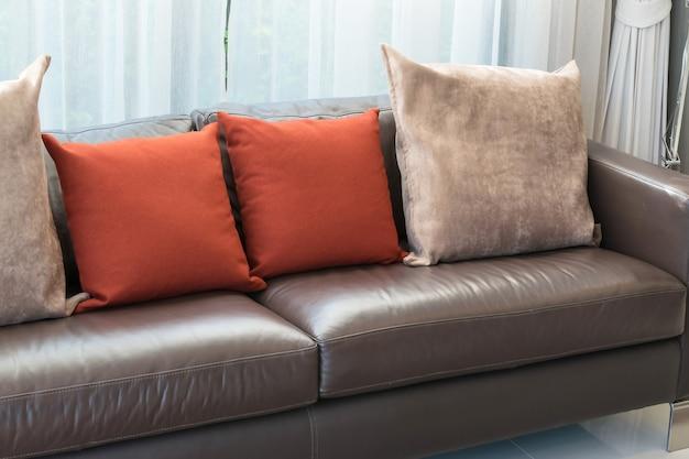 Modernes wohnzimmerdesign mit sofa und roten kissen