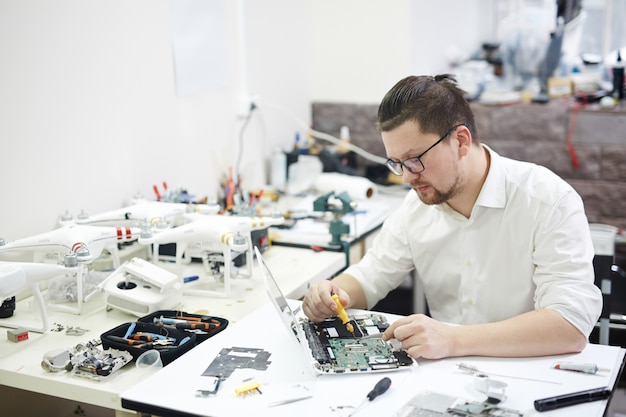 Modernes wunderkind, das elektronik zerlegt