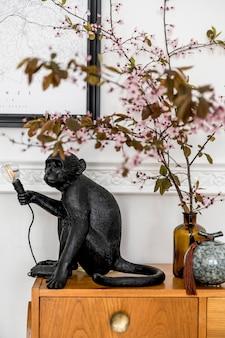 Modernes zuhause mit hölzernen kommodenfrühlingsblumen und eleganter zubehörschablone