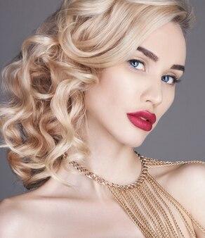 Modeschönheit nackte blondine auf einem licht