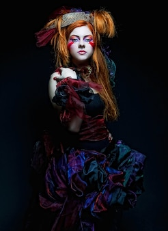 Modeschuss der frau im puppenstil. kreatives make-up. fantasiekleid.