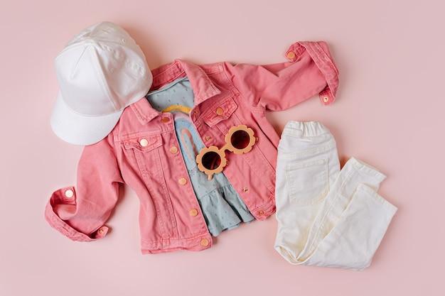 Modeset kinderoutfit. pinke jacke und jeans-looks.