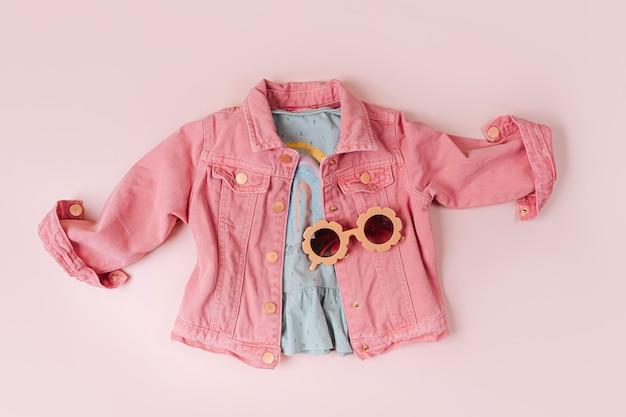 Modeset kinderoutfit. rosa jacke und sonnenbrille