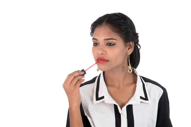 Modeset süßes sexy mädchen, junges mädchen verwenden lippenstift. schönheits- und modekonzept.