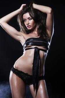 Modeshooting der jungen sexy striptease-tänzerin