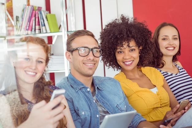 Modestudenten, die an der kamera lächeln