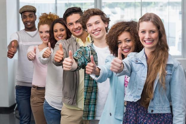 Modestudenten, die zusammen an der kamera lächeln