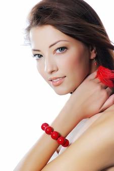 Modestudioaufnahme der schönen frau mit den blauen augen