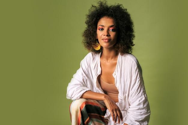 Modische afrikanische frau im stilvollen sommeroutfit, das aufwirft.
