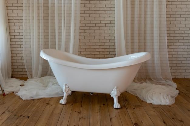 Modische badewanne mit vorhängen nahaufnahme, modernes design