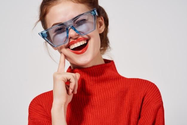 Modische blaue brille der frau, die hellen hintergrund aufwirft