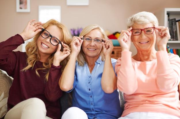 Modische brillenfassungen für jeden, trotz des alters