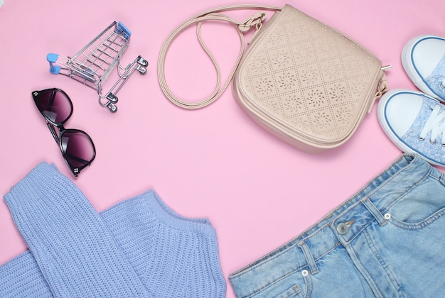 Modische damenbekleidung, schuhe und accessoires auf pink.