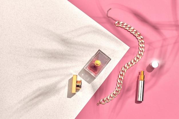 Modische damenkosmetik und accessoires flach liegend parfüm rosa und weißer hintergrundschatten von ...