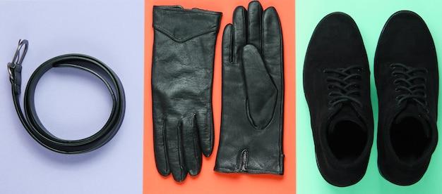 Modische damenschuhe und accessoires. stiefel, ledergürtel und handschuhe auf pastellhintergrund. draufsicht