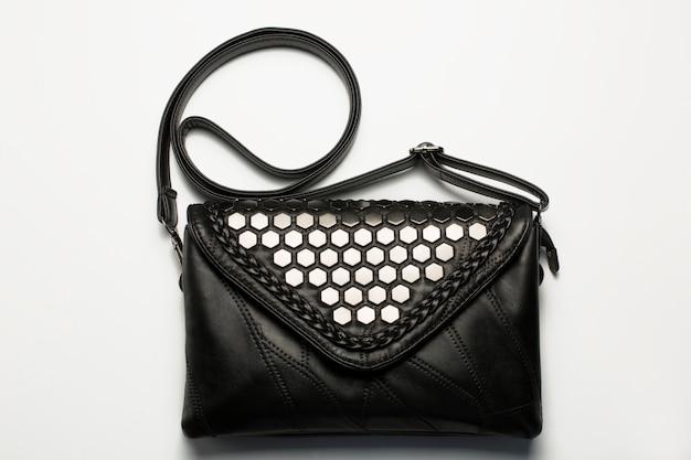 Modische damentasche aus schwarzem leder mit silberner metallverzierung