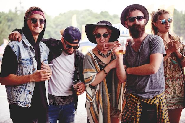 Modische freunde beim musikfestival
