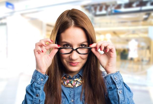 Modische junge frau trägt eine schwarze brille