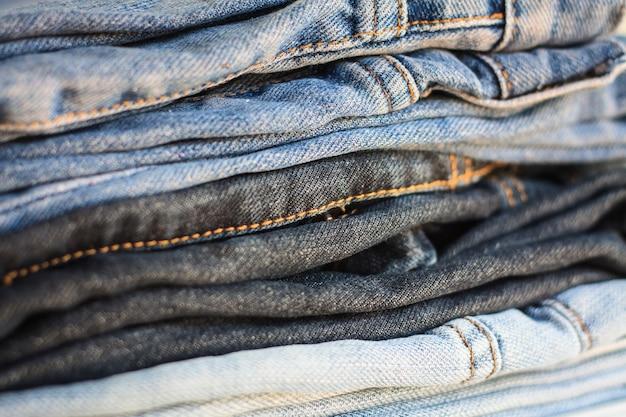 Modische kleidung, haufen jeans