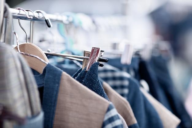 Modische kleidung in einem boutique-shop