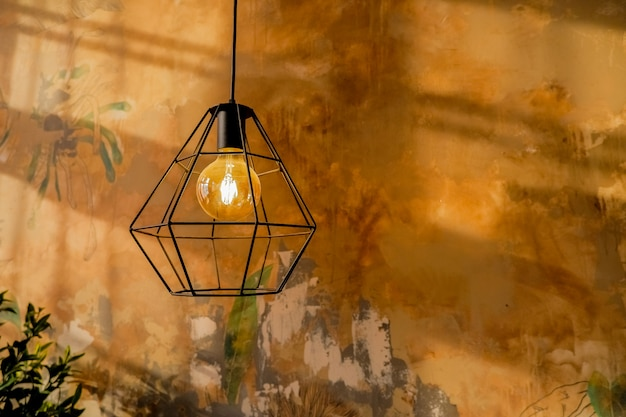 Modische lampe im modernen stil. glühlampe mit warmem ton.
