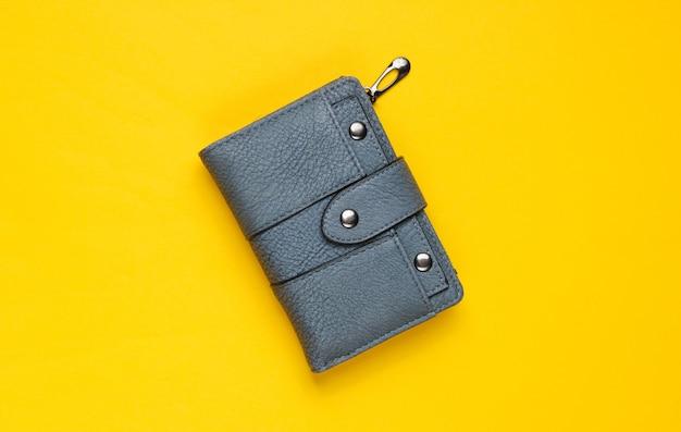 Modische lederbrieftasche auf gelb. draufsicht