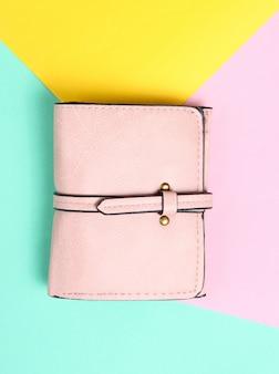 Modische lederhandtasche auf einem farbigen pastellhintergrund. minimalismus, draufsicht