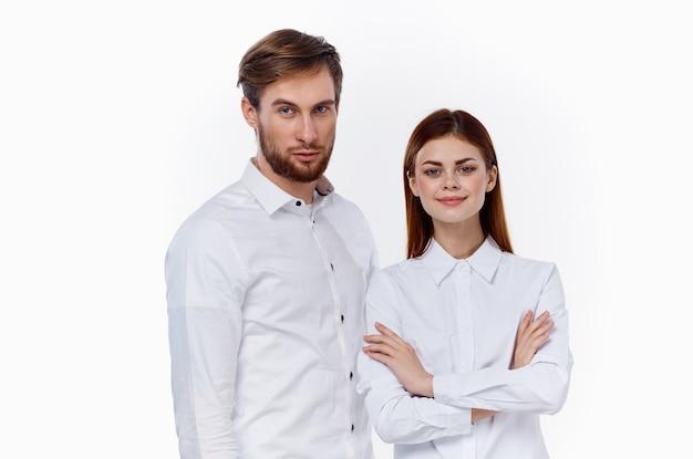 Modische männer und frauen in den gleichen hemden auf einem hellen hintergrund kommunikationsfreunde. hochwertiges foto