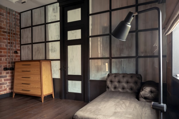 Modische moderne innenarchitektur des wohnzimmers mit glastrennwand in der ebene