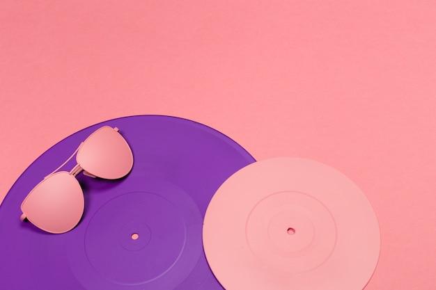 Modische sonnenbrille auf rosa