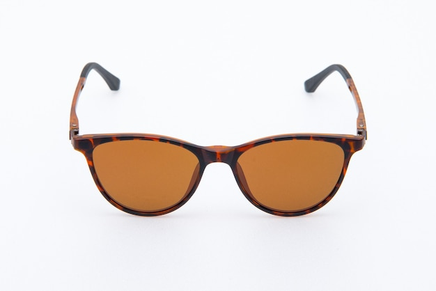 Modische sonnenbrille mit braunem rahmen und orangefarbener linse auf weißem hintergrund