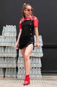 Modische weibliche aufstellung des niedrigen winkels