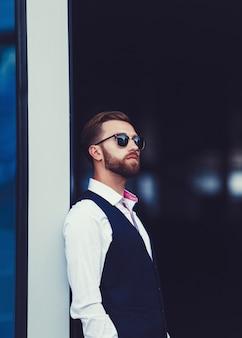 Modischer gutaussehender mann