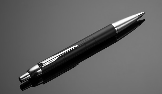 Modischer kugelschreiber schwarzer hintergrund