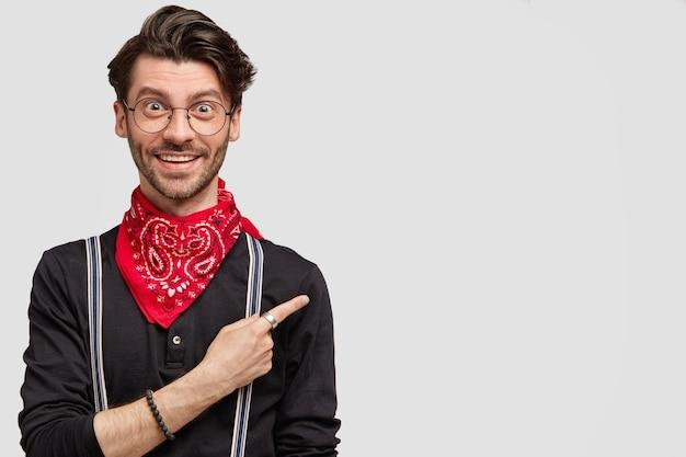 Modischer männlicher hipster in hochstimmung