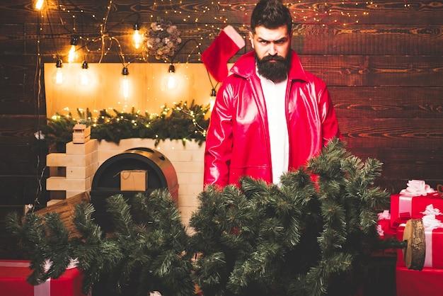 Modischer mann am weihnachtstag