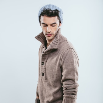 Modischer mann in winterstrickkleidung