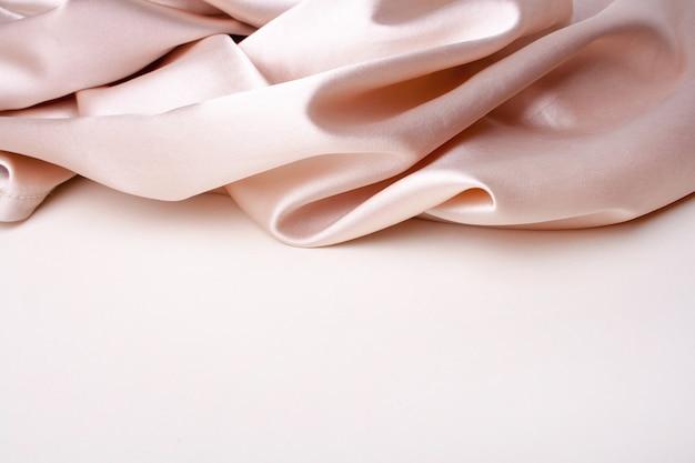 Modischer seidenstoff auf weißem hintergrund. fabrik textur