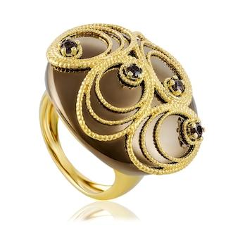 Modischer stilvoller goldener ring lokalisiert auf weiß.
