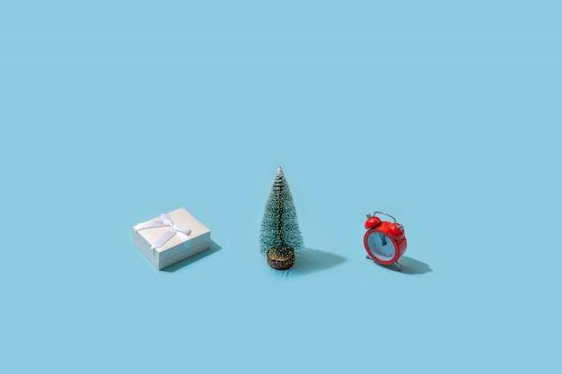 Modischer weihnachtsplan gemacht mit verschiedenem winter auf blauer oberfläche. minimales weihnachtskonzept.
