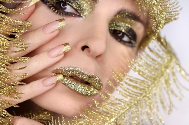 Modisches goldenes make-up und french manicure auf quadratischen nägeln
