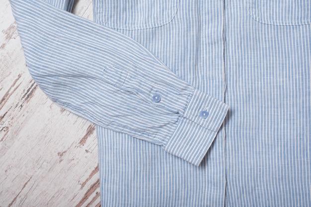 Modisches konzept. ärmel blau gestreiftes hemd. ansicht von oben