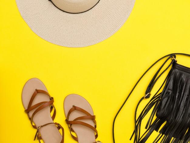 Modisches konzept. damen strandhut, handtasche, sandalen