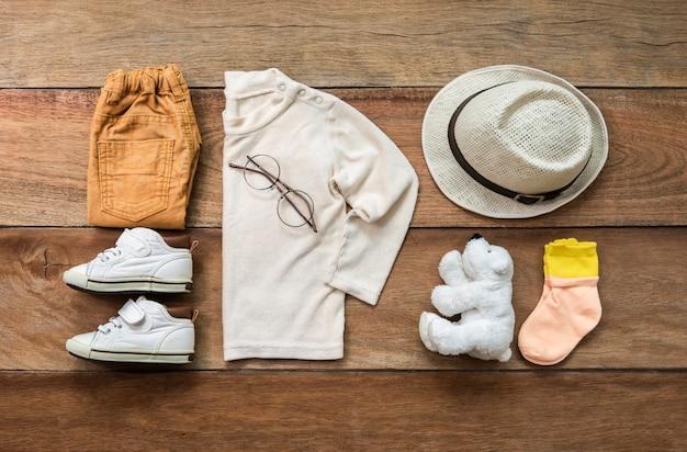 Modisches konzept, kinderkleidung, ansicht von oben