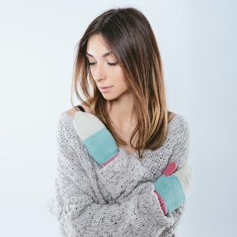 Modisches mädchen in winterstrickkleidung