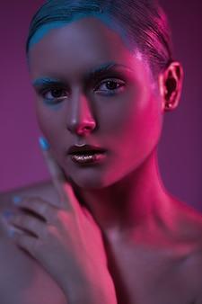 Modisches schönheitsmodell mit kreativem make-up der fantasie