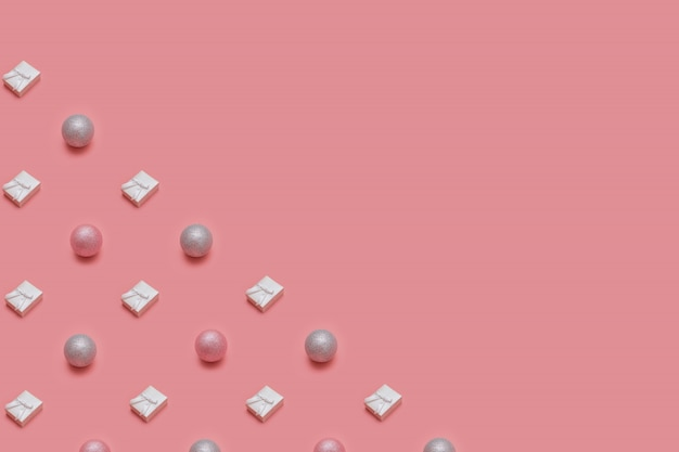 Modisches weihnachtsmuster gemacht mit verschiedenen winter- und des neuen jahresgegenständen auf rosa hintergrund