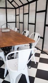Möbel stellten in hippie-konferenzzimmer ein