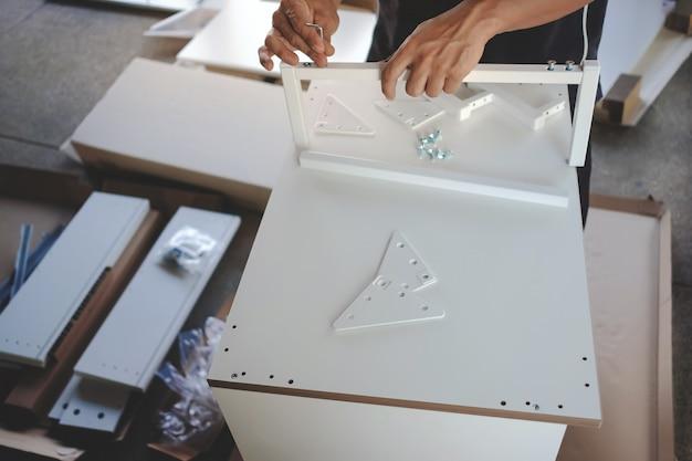 Möbel zu hause zusammenbauen. umzug für ein neues haus oder diy-konzept.
